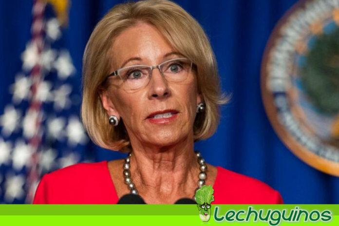 Renuncia Secretaria de Educación de Trump y lo culpa por violencia en el Congreso