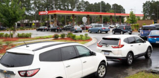 _Largas colas y estaciones cerradas en EEUU por escasez de gasolina
